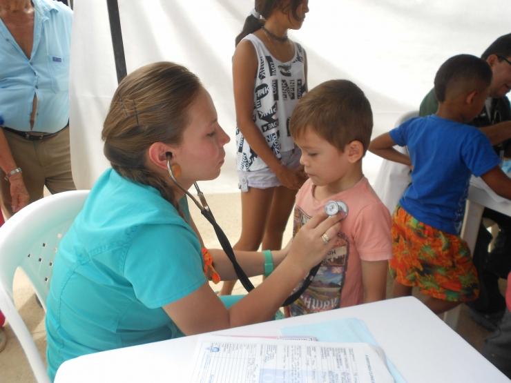 ESE Carmen Emilia Ospina realizó exitosa brigada de salud en el barrio Villa Amarilla de la Comuna 8